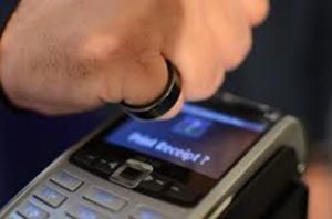 צרכנות העתיד: טבעת שהיא כרטיס אשראי ורובוט שמביא את הפיצה