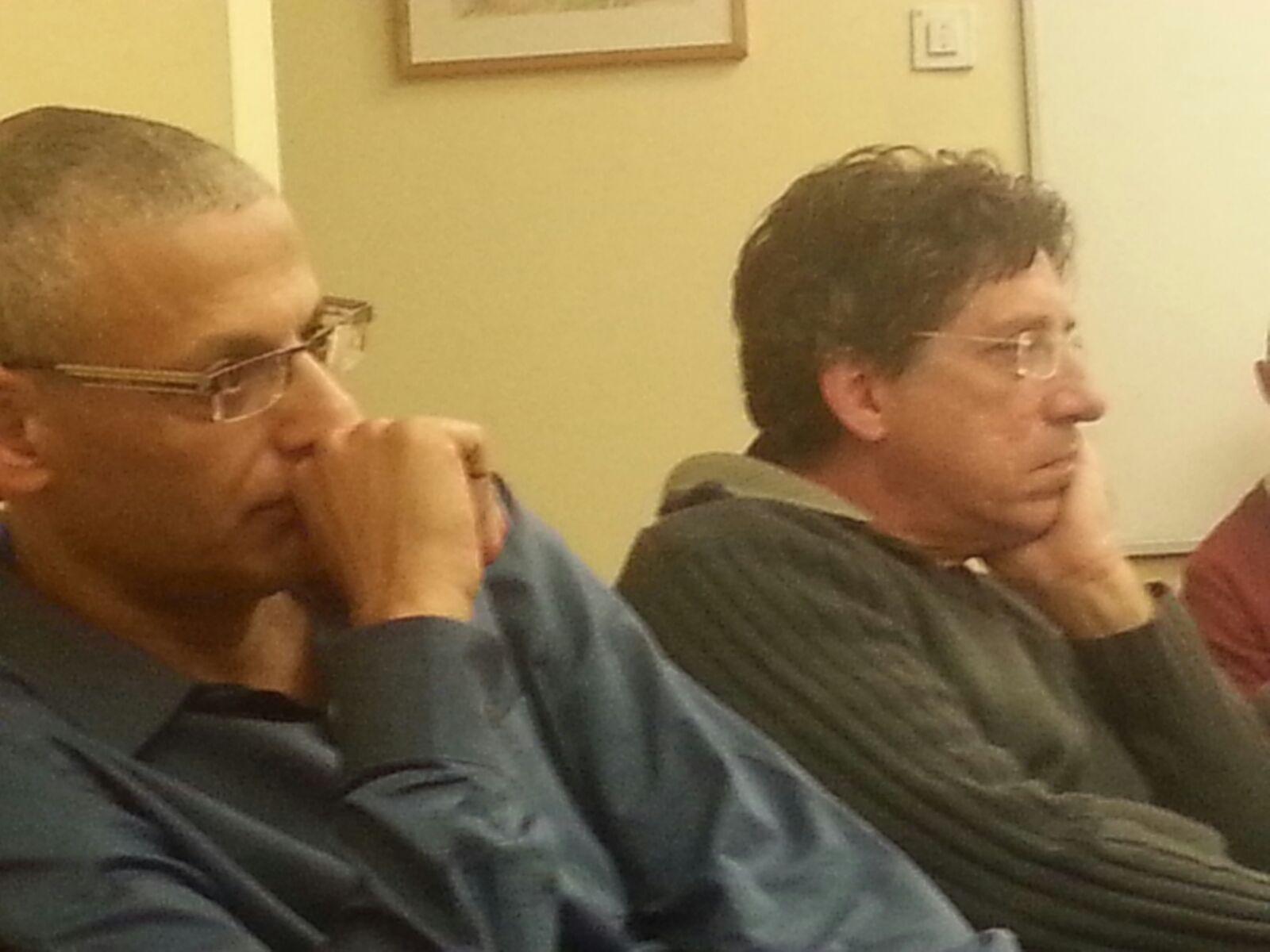 """איתן מדמון, מנכ""""ל גלובס, וחגי גולן, העורך הראשי, בישיבת הפרידה מעובדי גלובס הערב"""