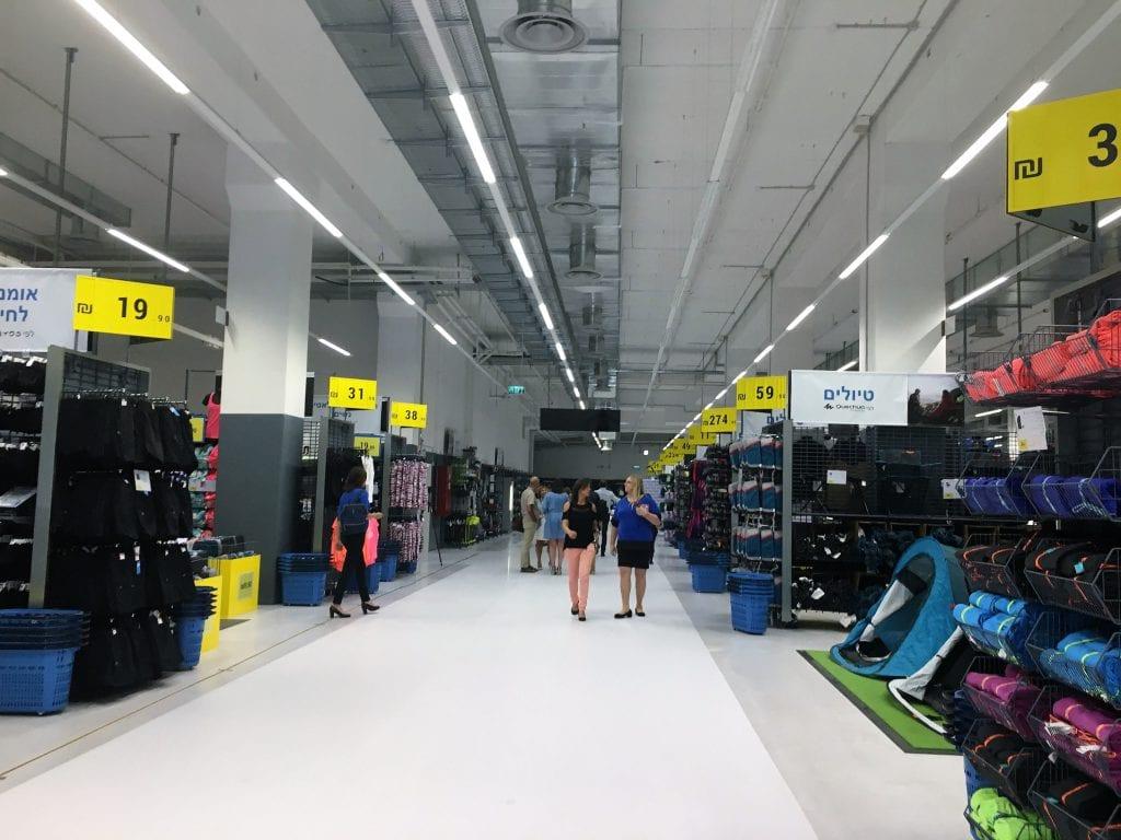 פתיחת חנות דקטלון (DECATHLON) בישראל