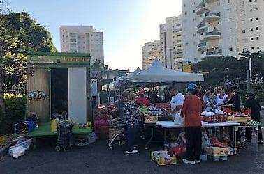 קפצתי לראות את המחירים ואת איכות הירקות והפירות בשוק החקלאי הנודד פארמוביל, ונחשו מה…