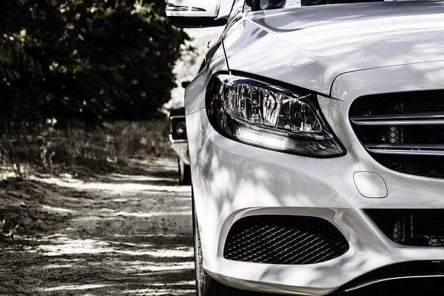 צילום: https://pixabay.com/en/mercedes-benz-white-modern-vehicle-841465/