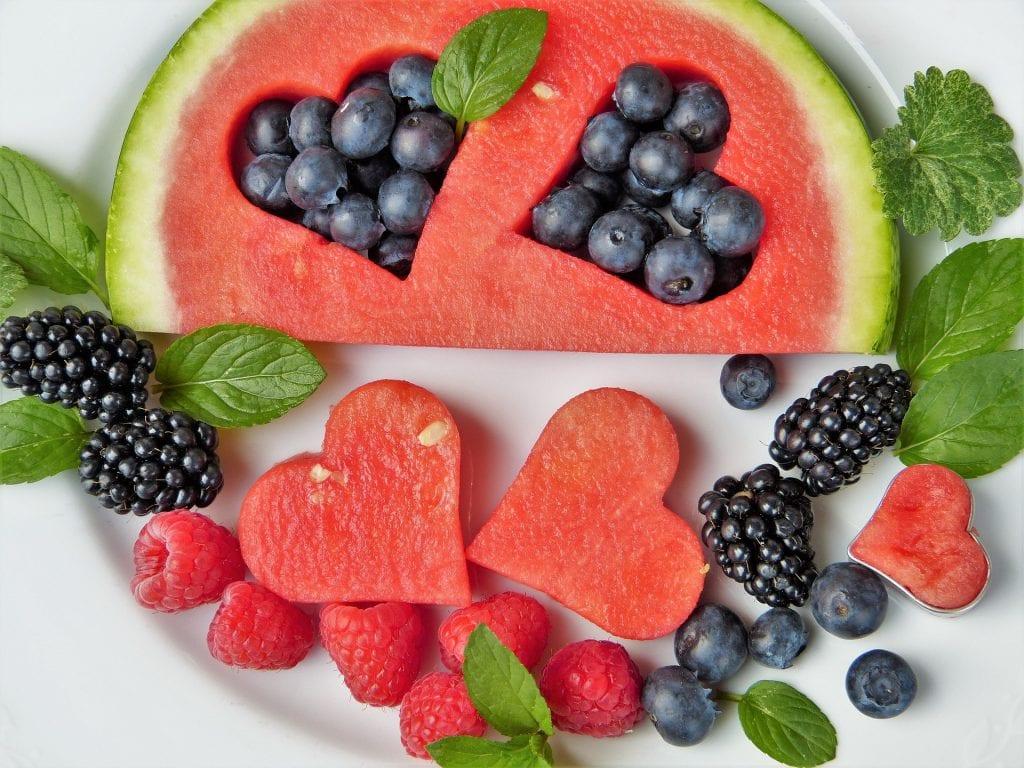 מגשי פירות חתוכים