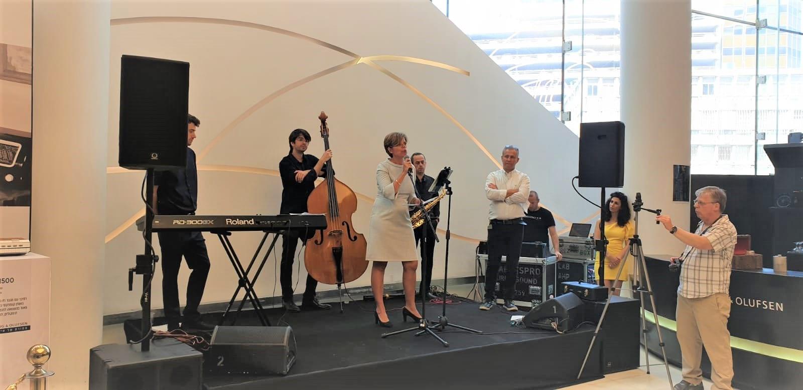 שגרירת דנמרק בישראל בטקס פתיחת חנות הדגל של B&O בישראל