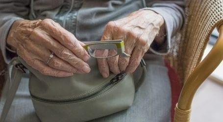 """לקוחה בת 80 בתלונה נגד סלקום: """"נציגה נתנה לי טאבלט וממיר מתנה. התברר שהם בתשלום"""""""