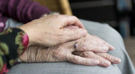 זו האישה שעומדת מאחורי עוקץ קשישים שיטתי ואכזרי וכך היא פעלה