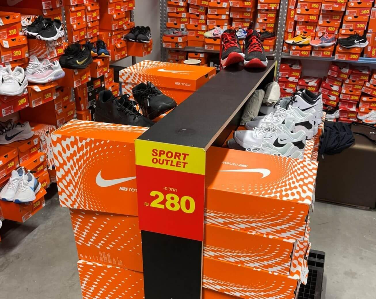 """נעלי נייקי במגוון מחירים בחנות SPORT OUTLET בביל""""ו סנטר"""
