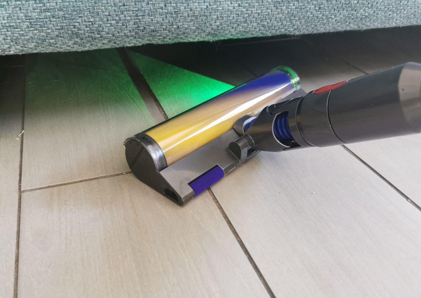 דייסון V15 אבסולוט - תאורת לייזר